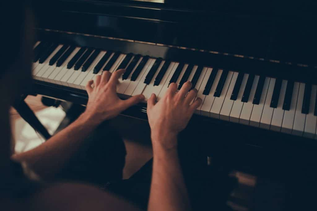 How to play chord progressions on piano