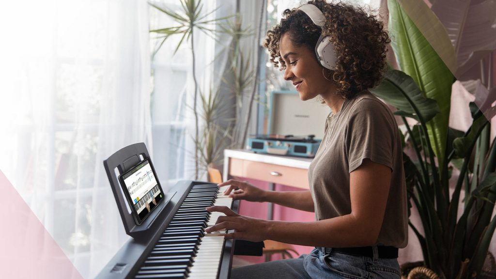 Felix tomando lecciones de piano en línea con skoove